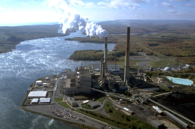 Mount Storm Coal-Fired Power Station in West Virginia (by user Raeky via Wikimedia Commons)