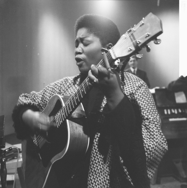 Odetta performing in Amsterdam, December 1961. Courtesy of Dutch National Archives. Photo by Jac. de Nijs.